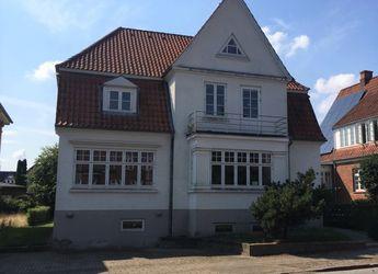 Nyindrettet lejlighed med terrasse