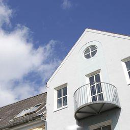 Charmerende bylejlighed med stor terrasse og altan